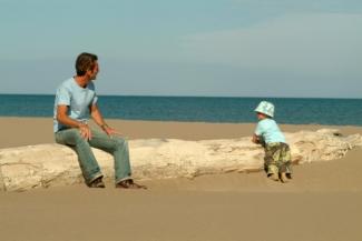 Ganz der Papa...? Ein Vaterschaftstest kann helfen.